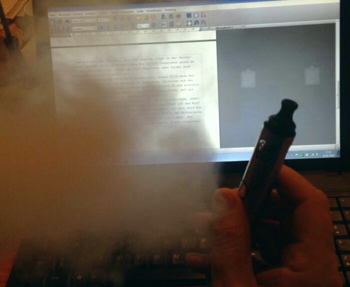 E-Zigarette vor Bildschirm